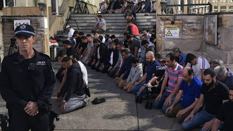 Муслимани и Христијани заедно се молат за жртвите во терористичките напади во Нов Зеланд