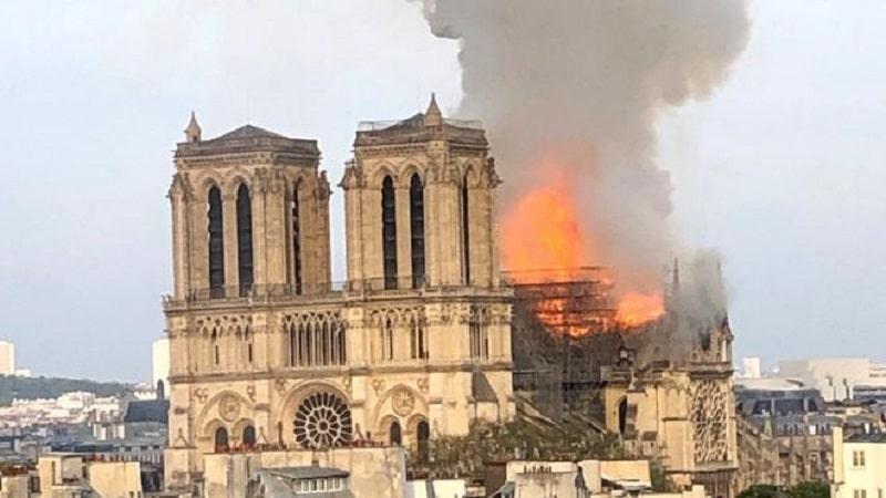 Гори Богородичната црква во Париз