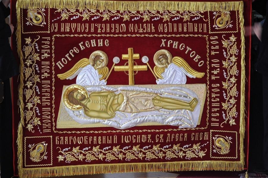 Монахињите од Рајчица изработија величествена Плаштеница за црквата Свети Николај во Аеродром