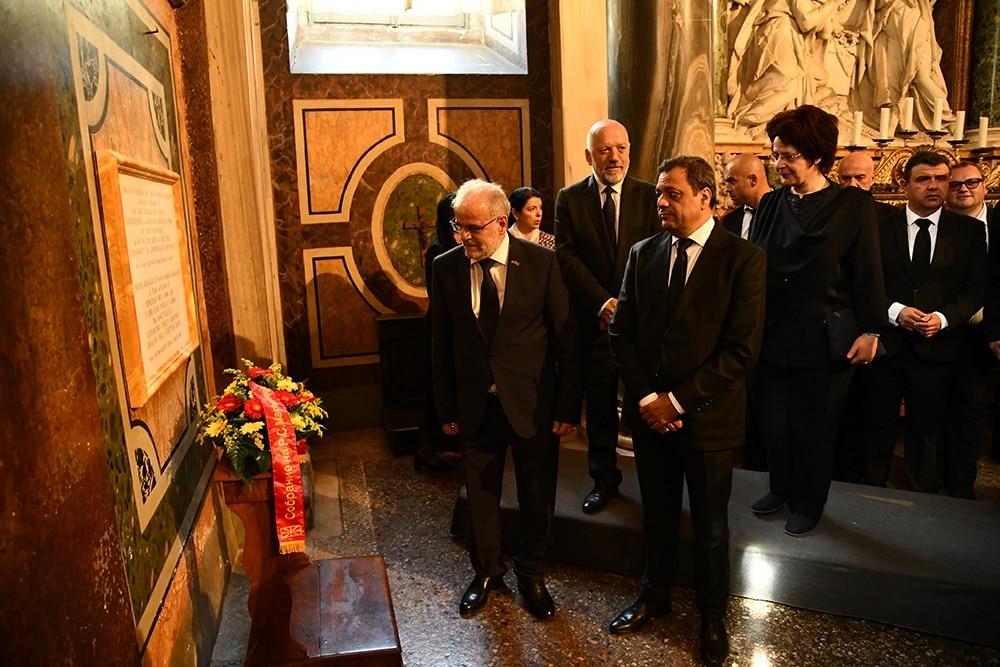 Џафери и Карајанчева заедно положија свежо цвеќе во чест на Св.Кирил