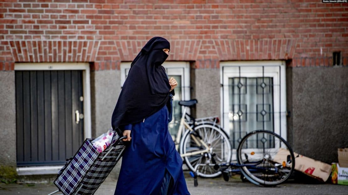 Холандија забрани носење бурки и никаб на јавни места