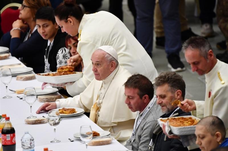 Папата на ручек со 1500 бездомници