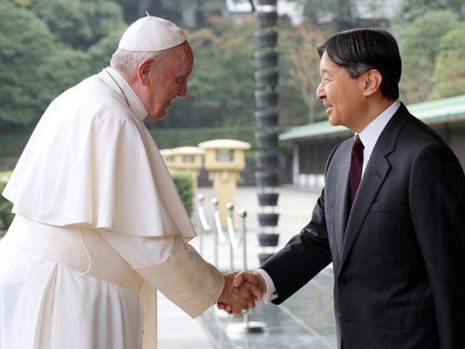 Папата се сретна со јапонскиот цар Нарухито