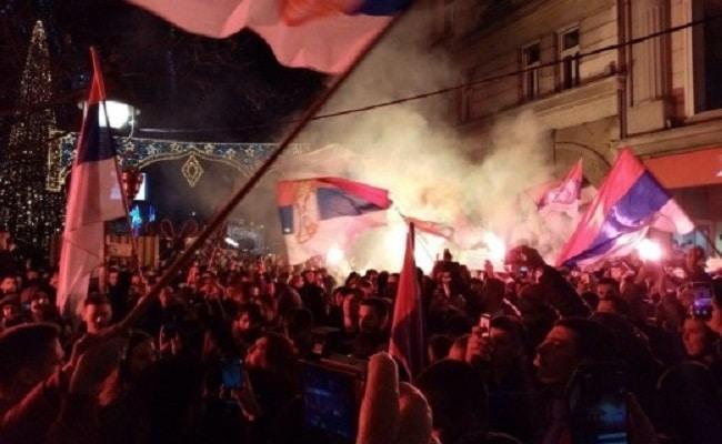 Масовен протест во Белград поради законот за верски слободи во Црна Гора (ВИДЕО)