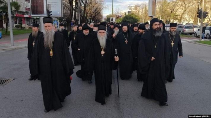 Свештенство на СПЦ протестира пред Парламентот на Црна Гора