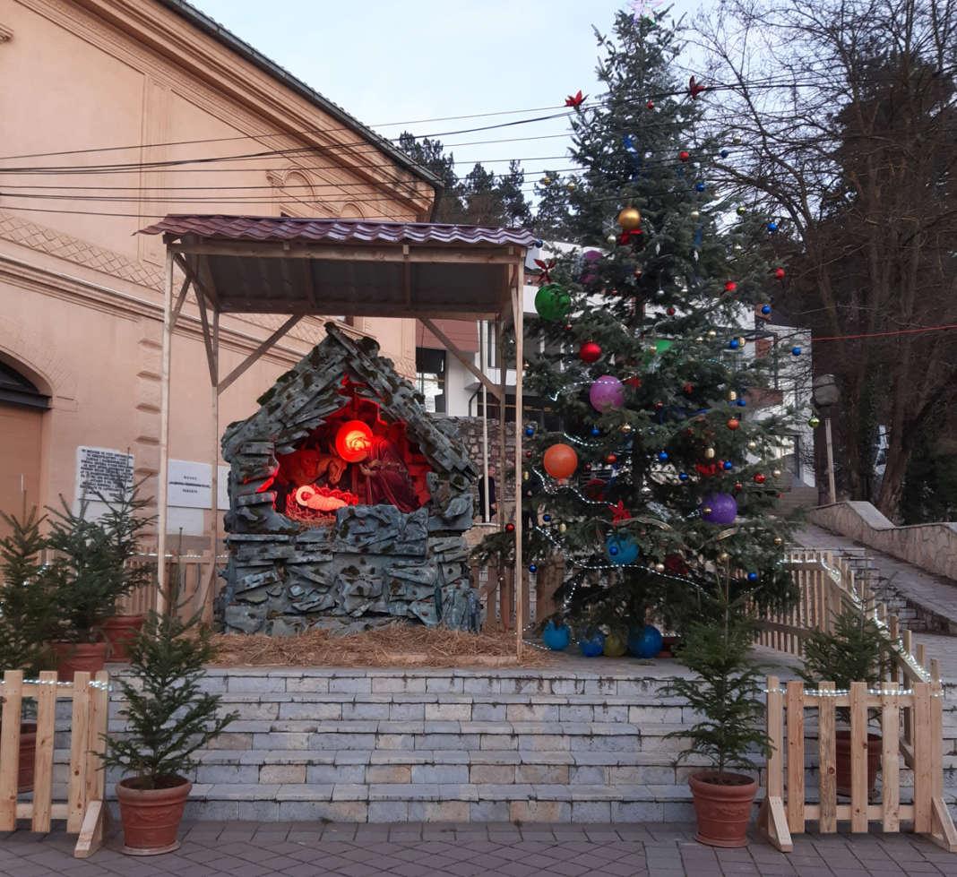 Божиќна пештера го краси плоштадот во Кичево со амин на Дехари