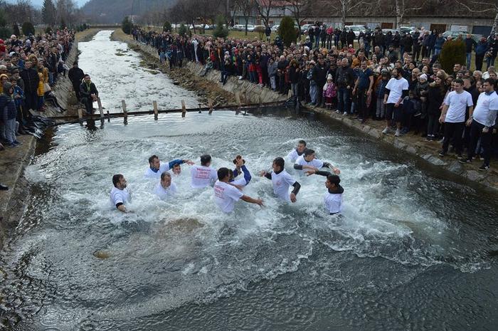 Гоце Атанасовски го извади крстот од осветените води на Каменичка Река