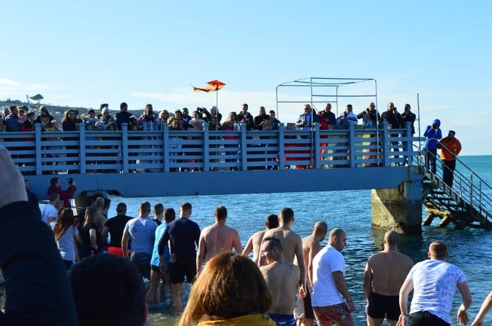 Околу 500 Mакедонци скокнаа по светитот крст во Копер