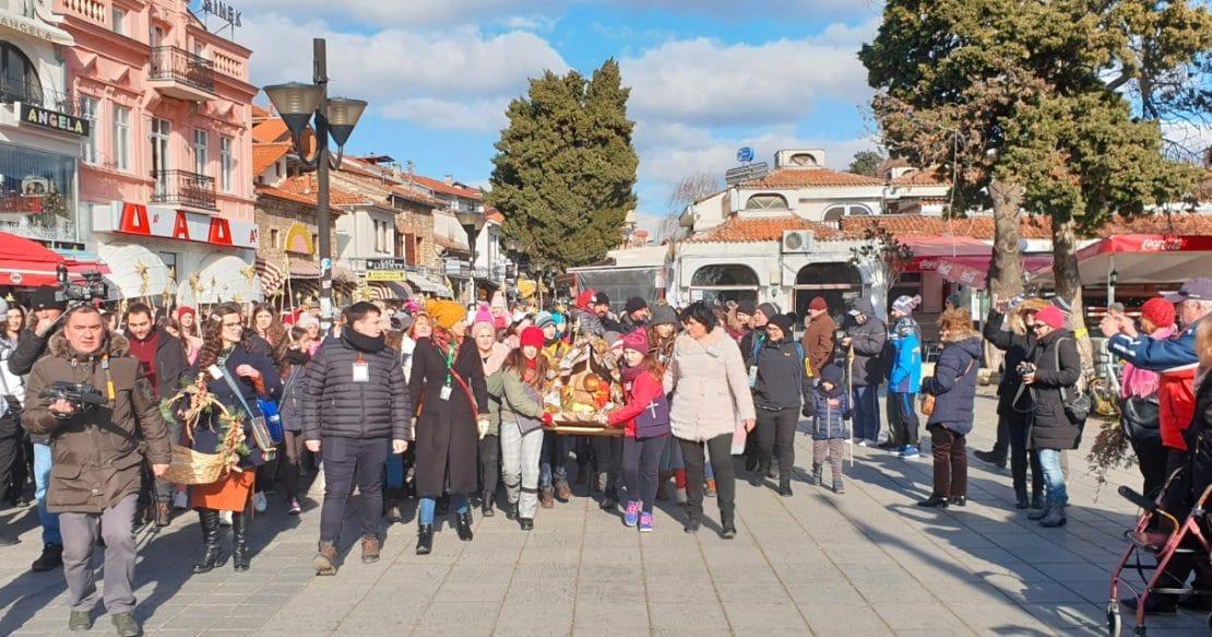 Децата од Охрид преку Бадникова поворка го најавија Христовото раѓање