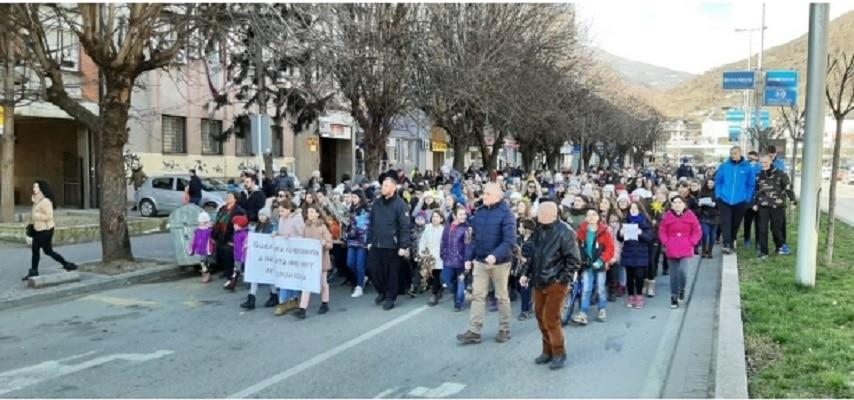 Неколку стотини деца учествуваа на Бадникова литија во Тетово