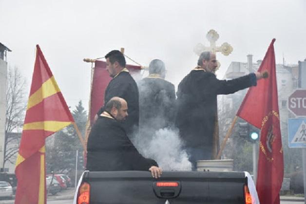 Епархијата Повардарска во сите населени места на епархијата ги прскаше улиците со света вода за престанок на пандемијата