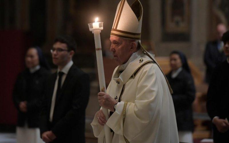 Папата Франциск велигденската порака ја посвети на сите погодени од коронавирусот