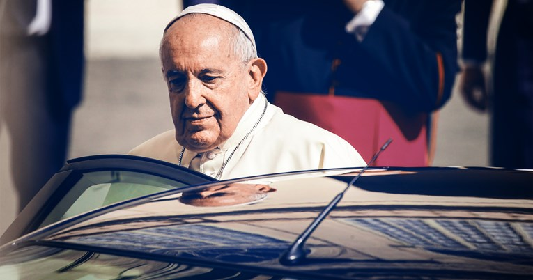За прв пат по шест месеци папата се појави во јавност, се молеше за Либан и го бакна знамето