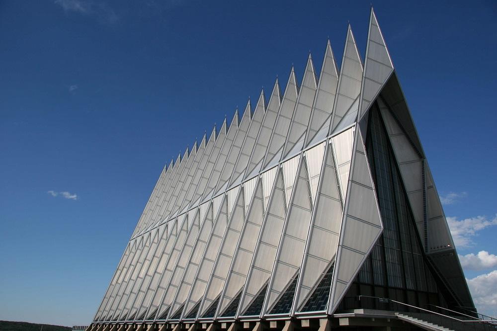 Капела на Академијата на американсото воено воздухопловство, Колорадо – милтирелигиозен (Изградена е во 1962 година. Во осонва е протестантска, но служи за молитва и за католици, Евреи, Будисти. Како зборно место за питомците на Академијата)