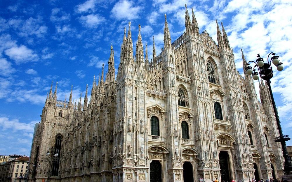 Миланската Катедрала, Милано – Италија – Римокатоличка Црква (Има најспецифична историја, зградена е во 1965 година, иако е почната 1386 година.)