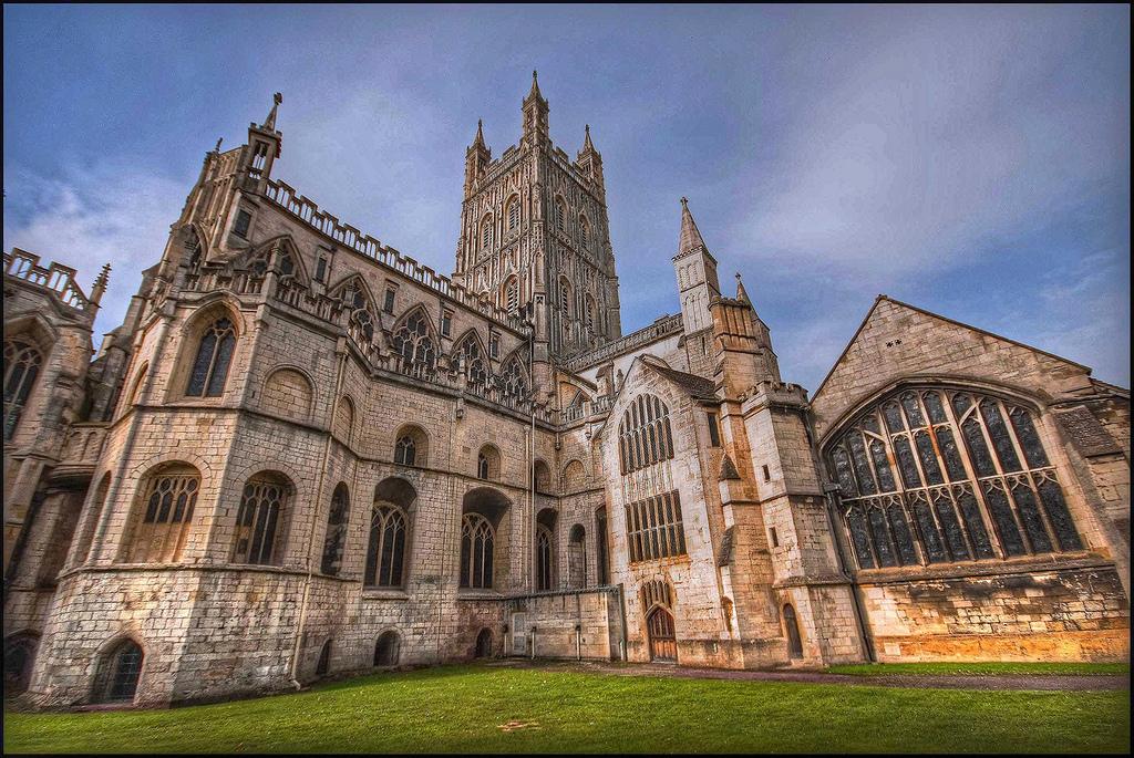 Катедралата Глостер, црква посветена на Св. Петар и Св. Тројца – Велика Британија – Англиканска црква (Градена е речиси 400 години од 1089 до 1499 година)