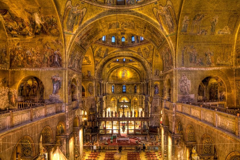 Базиликата  Свети Марко, Венеција Италија- Римокатоличка црква ( Првата црква е изградена во 828,а  изгорела во пожар во 932. Денешниот изглед на црквата е од 1063 година)