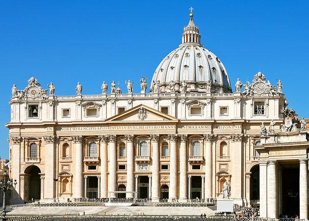 Базиликата Св. Петар во Ватикан, Рим – Римокатоличка црква (Главниот катедрален храм на Католичката црква. Се смета за најголема од сите христијански цркви. Градбата почнала во IV Век, во времетео на Царот Константин Велики.Сегашниот изглед е од 1626 година.)