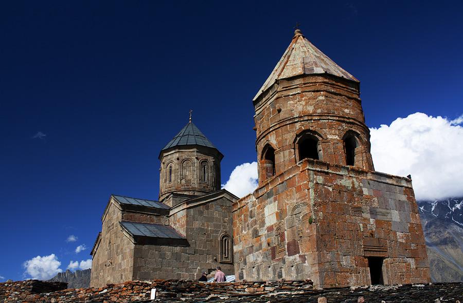 Црквата Света Троица во Гергети, Грузија – Грузиска Православна Црква (Се наоѓа на надморска височина од 2170 метри на планината Казбеги. ИЗградена е во XIV век)