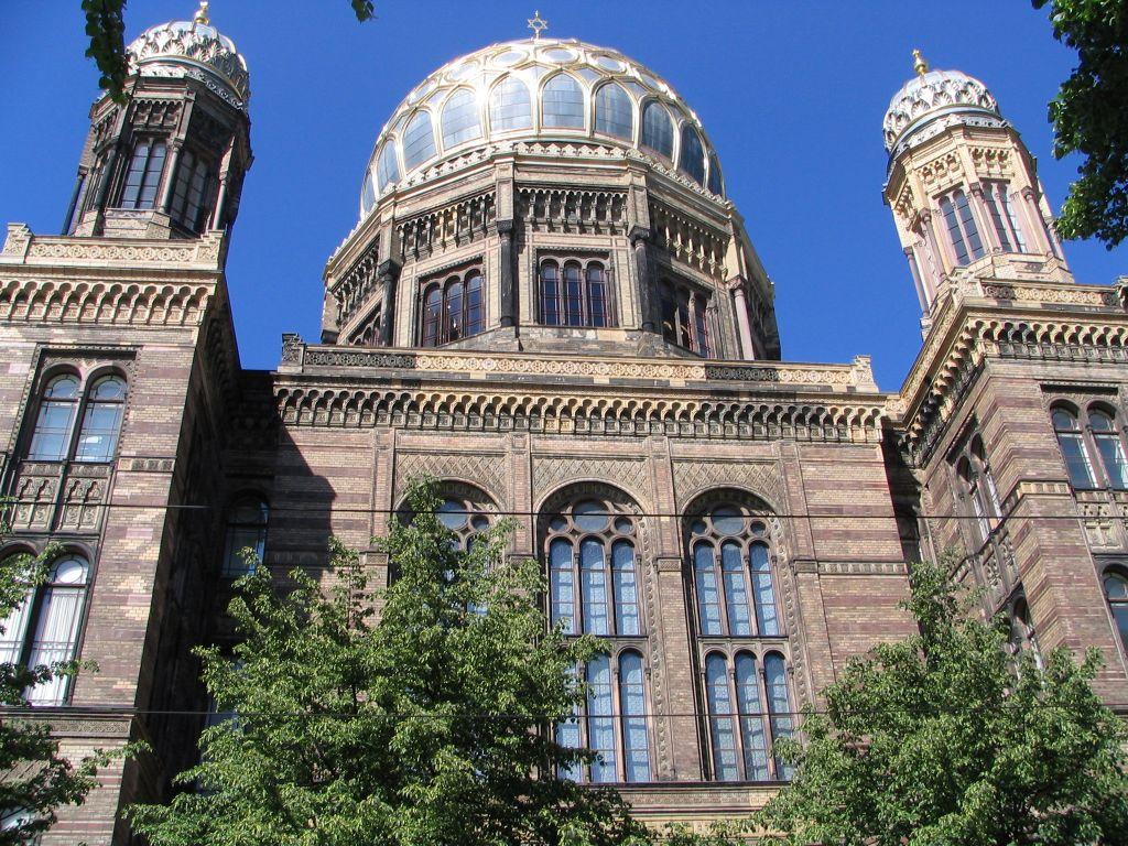 """Новата Синагога во Берлин, Грманија – Еврејска заедница (изградена 1866 година. Една од ретките Синагоги која ја преживеа """"Кристалната ноќ"""")"""