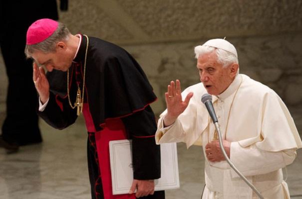 Личниот секретар: Бенедик XVI се гаси како свеќа, но уште има смисла за хумор