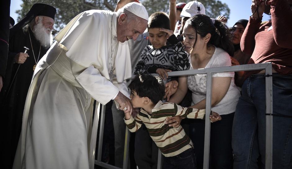 Папата понесе 12 мигранти од Лезбос во Ватикан
