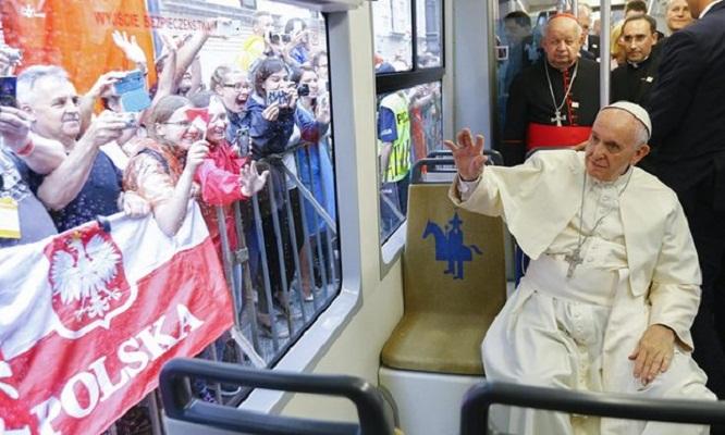 Папата Франциск ги повика младите во Полска да ги прифатат бегалците