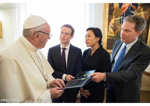 Цукенберг и Папата се сликаа за Фејсбук