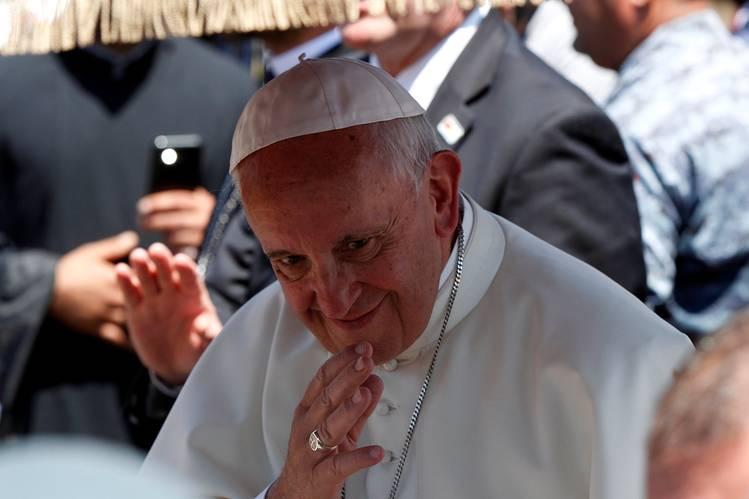 """Папата ја обвини Франција за пропагирање на """"родовата теорија"""""""