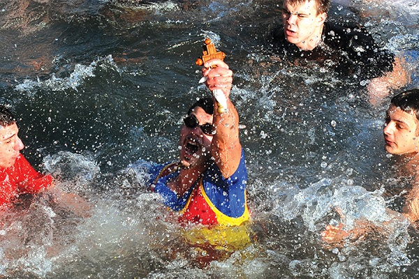 Како треба да се однесувате кога се фрлате по крстот во реките и езерата?