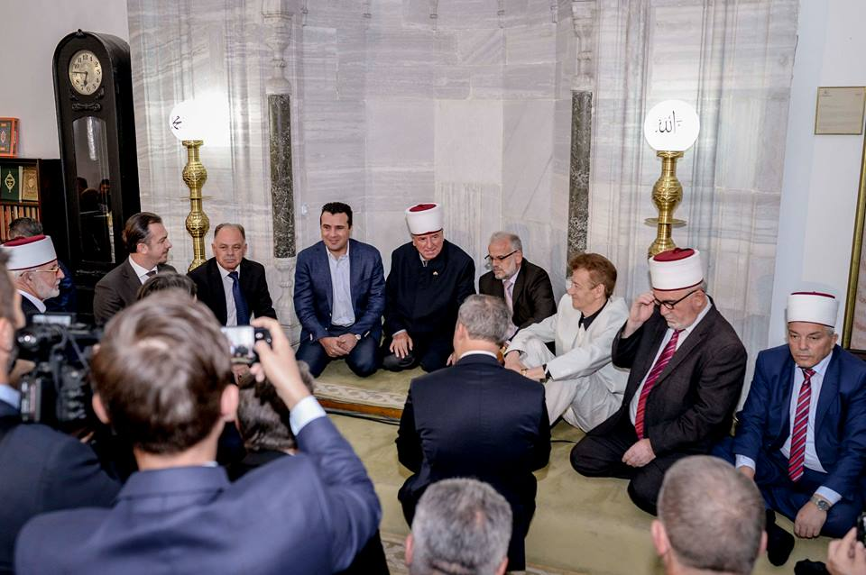 Премиерот Заев во џамија на молитва за Курбан Барјам