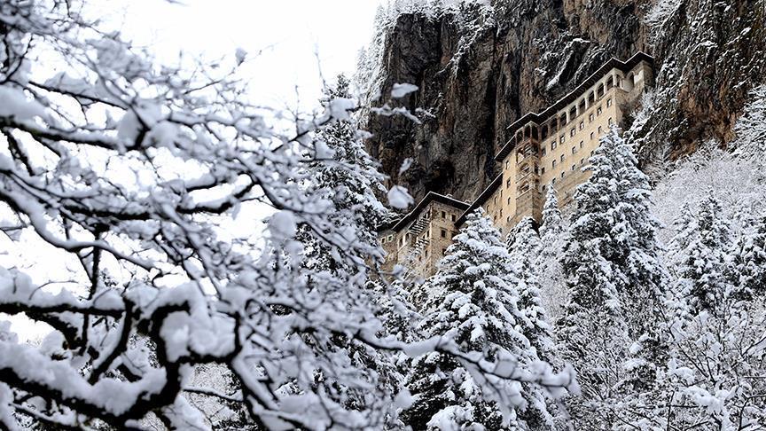 Турција: Манастирот Сумела и во зимско руво привлечен за посетителите