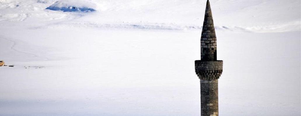 Несекојдневна слика – Минаре од џамија на средина од замрзнато езеро