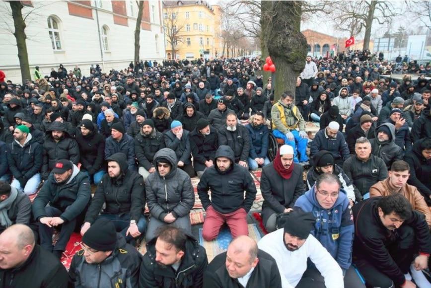 Муслимани во Берлин клањаа џума на улица пред запалената џамија