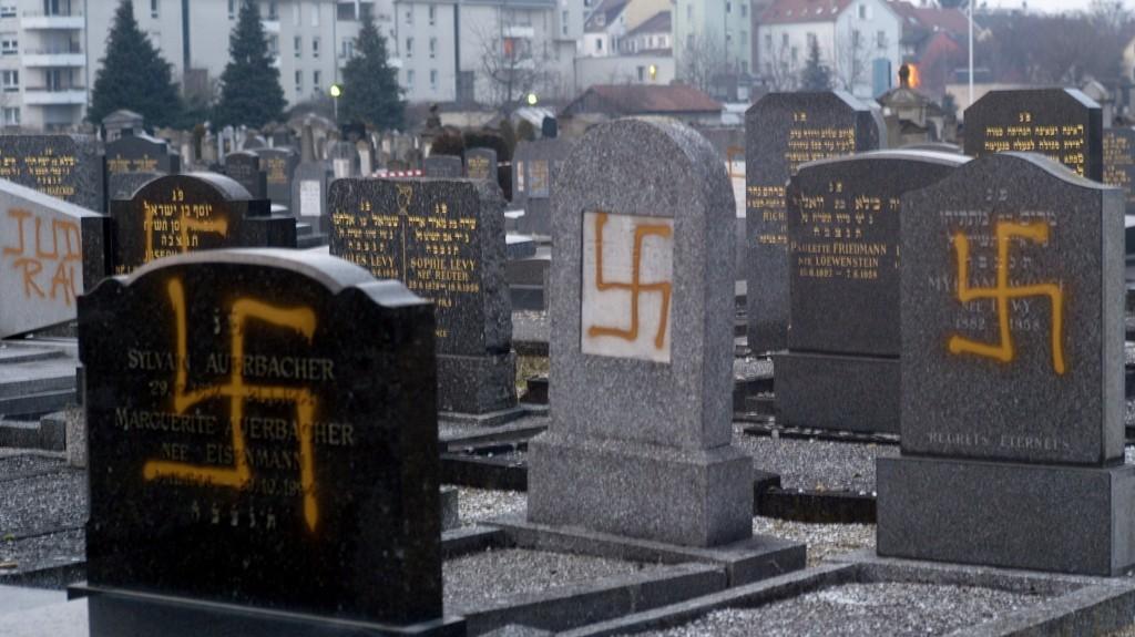 Осквернавени еврејски гробишта во близина на Стразбур